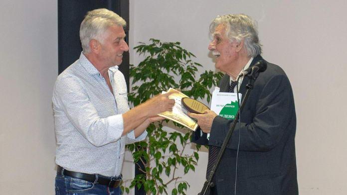 Илия Богданов – заместник-кмет на общината, връчва наградата на писателя Петър Динчев